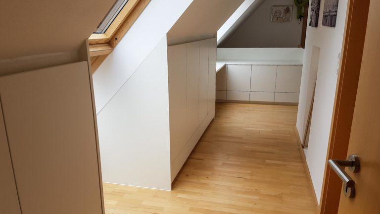 Einbauschränke in einer Dachschräge mit Aussparungen für besseren Lichteinfall
