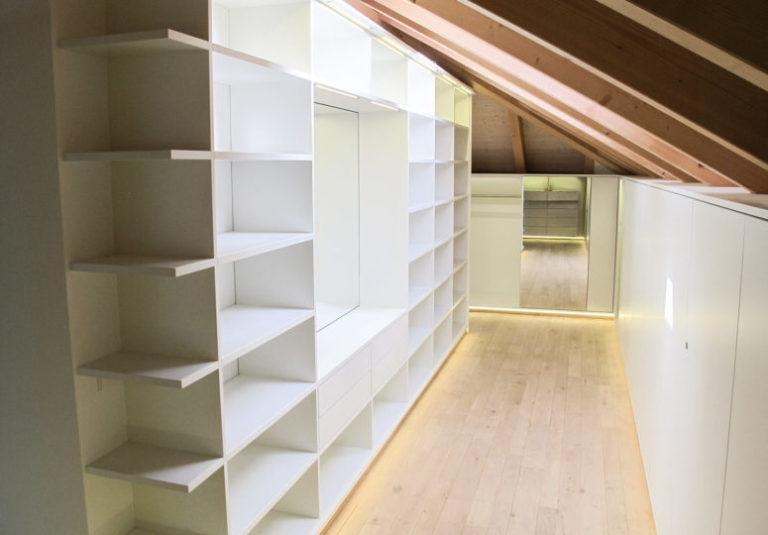 Ankleidezimmer mit Einbauschränken in Dachschräge