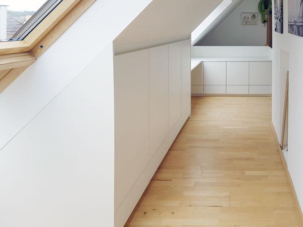 Einbauschränke mit Tip-On-Türen eingepasst in eine Dachschräge