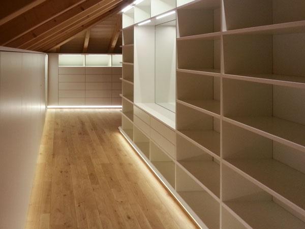 Ankleidezimmer in Dachschräge mit LED-Beleuchtung
