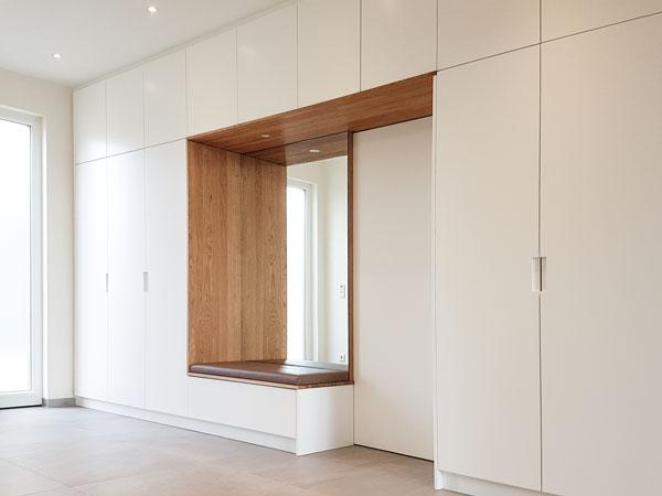 Einbauschrank in weiß mit Eiche mit Spiegel und integrierter Schiebetür