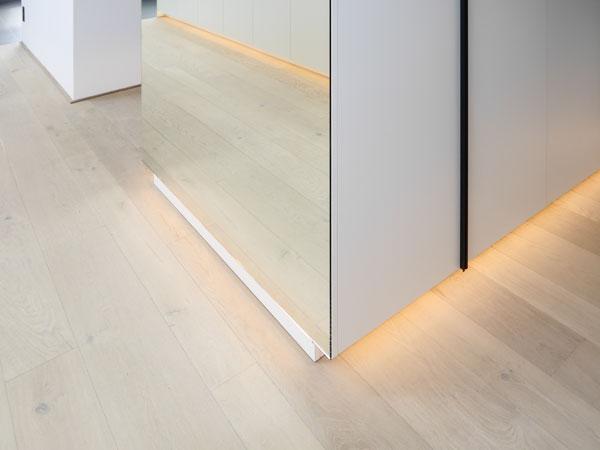 Einbauschrank mit Spiegel und Sockelbeleuchtung