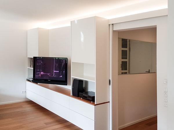 Einbauschrank mit Mediamöbel und Schiebetür-Integration